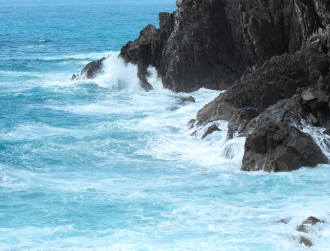 Byron-bay-Rocks-waves-crash